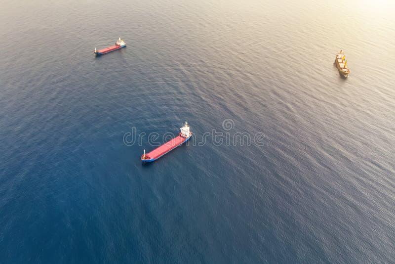 Vogelperspektive von drei Containerschiffen in dem Meer teilgenommen an Transport der Fracht durch Wasser Seefracht zu beherbergt lizenzfreies stockfoto