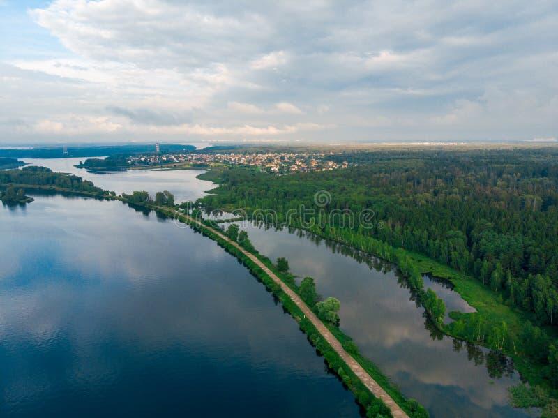 Vogelperspektive von einem breiten Fluss und von Schotterweg lizenzfreies stockbild
