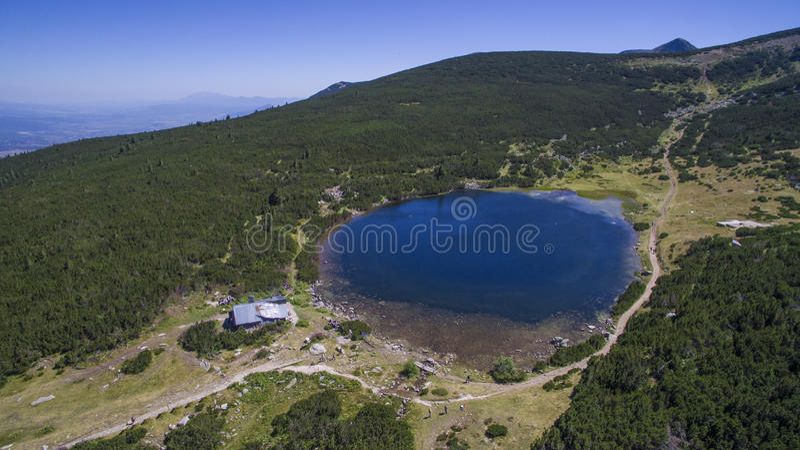 Vogelperspektive von einem See in Pirin-Berg, Bulgarien lizenzfreies stockfoto