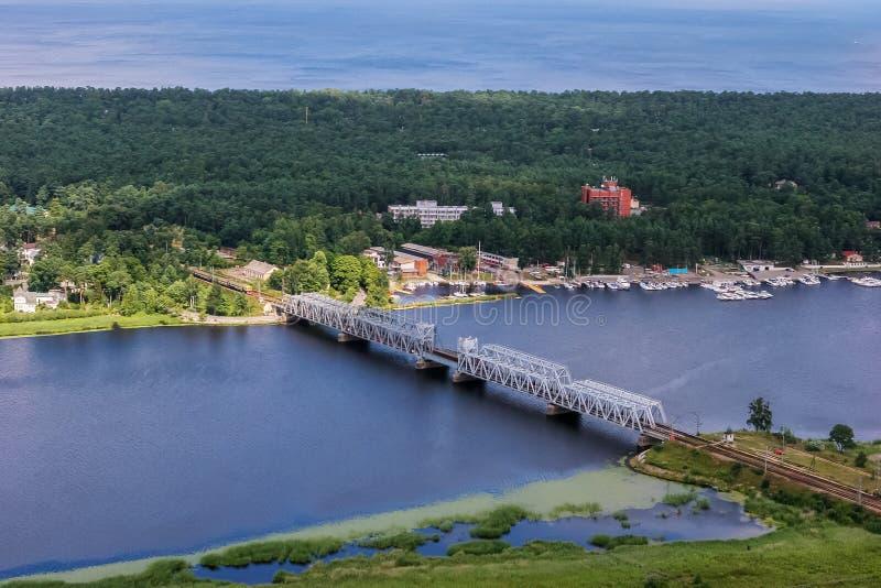 Vogelperspektive von Eisenbahnbrücke Lielupe stockfoto