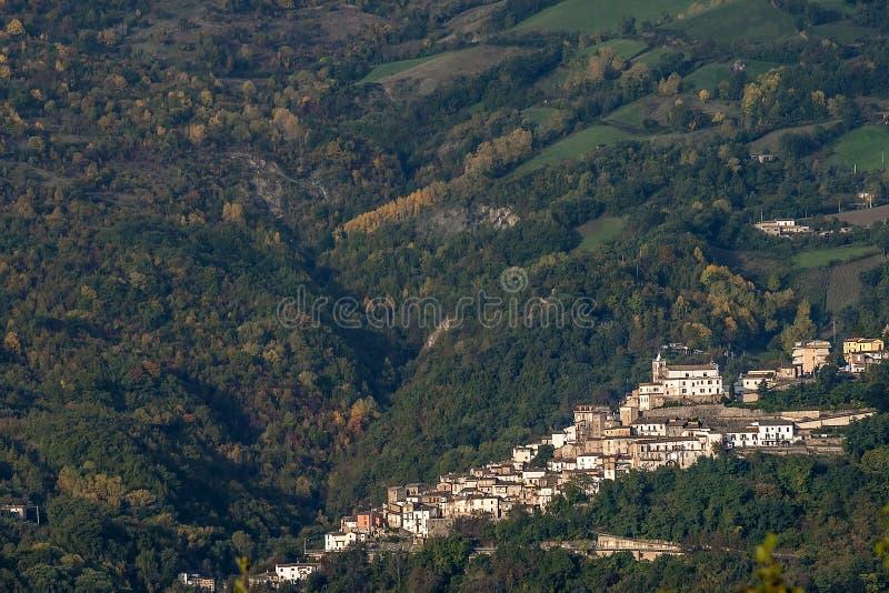 Vogelperspektive von Farindola, Nationalpark Gran Sasso, Abruzzo, Italien stockfoto