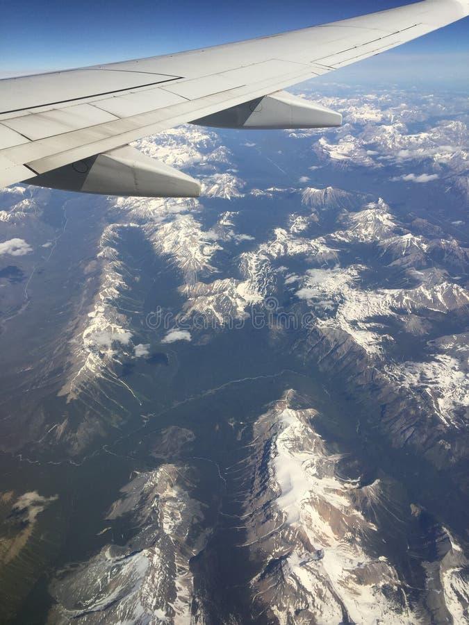 Vogelperspektive von felsigen Bergen und von Flugzeugflügel stockbilder