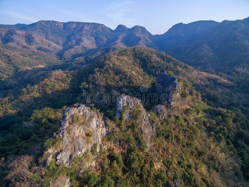 Vogelperspektive von felsigen Klippen im Gebirgszug lizenzfreie stockfotografie