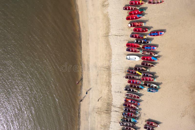 Vogelperspektive von Fischerbooten in Tarrafal-Strand in Santiago islan lizenzfreies stockbild