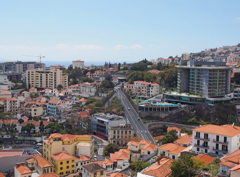 Vogelperspektive von Funchal herein in Madeira mit dem Straßenlaufen dachte die Mitte an die Stadt und die Gebäude vor dem Meer stockfoto
