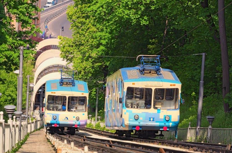 Vogelperspektive von funikulärem an einem sonnigen Frühlingstag in Kyiv Es schließt historisches Uppertown und untere Nachbarscha stockbild