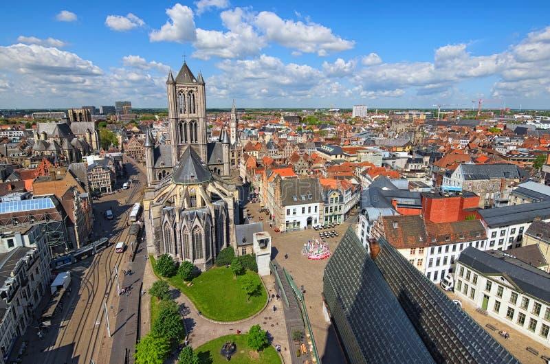Vogelperspektive von Gent von Belfry Sankt- Nikolaus` Kirche und schöne mittelalterliche Gebäude Frühlingslandschaftsfoto stockbild