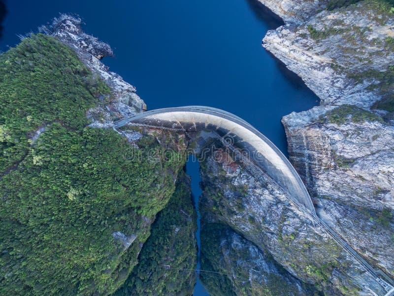 Vogelperspektive von Gordon Dam und von See Südwesten, Tasmanien lizenzfreies stockbild