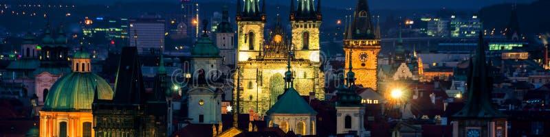 Vogelperspektive von historischen Gebäuden von Prag, Tschechische Republik nachts stockfotos