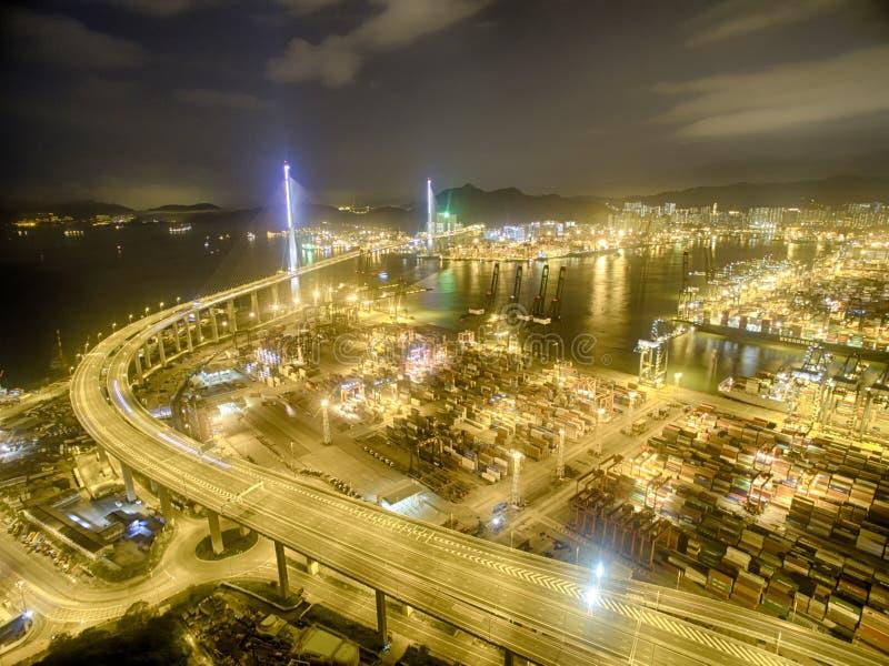 Vogelperspektive von Hong Kong Night Scene, Kwai Chung in der goldenen Farbe stockfotos