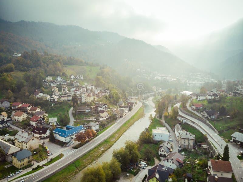 Vogelperspektive von Idrija, Kleinstadt in West-Slowenien stockbilder