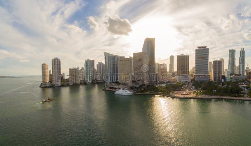 Vogelperspektive von im Stadtzentrum gelegenem Miami bei Sonnenuntergang stockfotografie