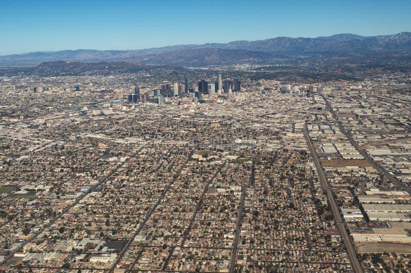 Vogelperspektive von im Stadtzentrum gelegenen Los Angeles-Skylinen und -bergen lizenzfreies stockbild