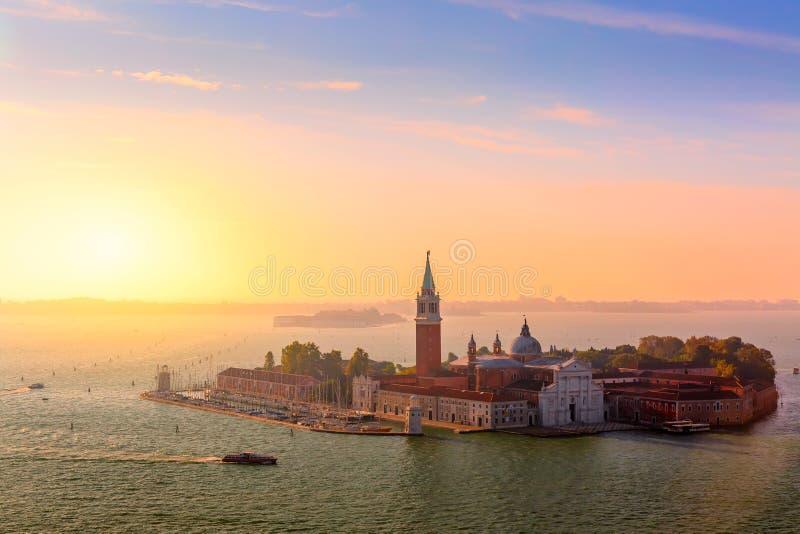 Vogelperspektive von Insel Sans Giorgio di Maggiore in Venedig bei schönem Sonnenaufgang Baum auf dem Gebiet lizenzfreie stockbilder