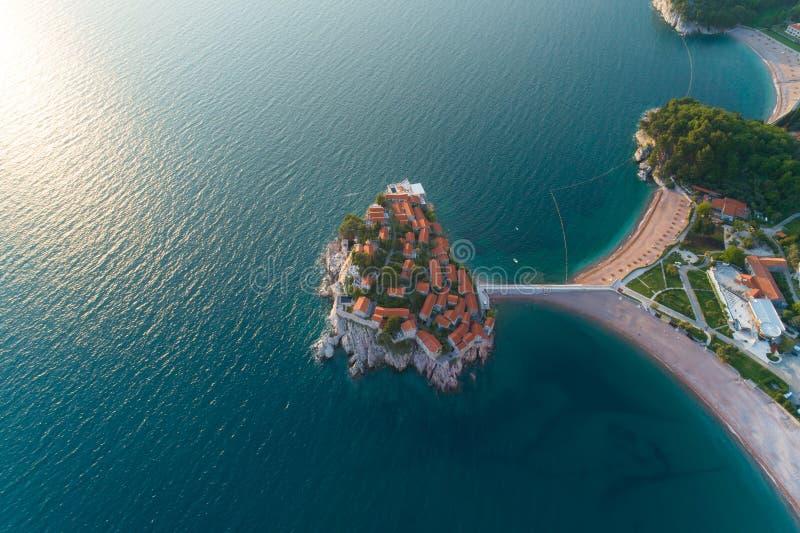 Vogelperspektive von Insel Sveti Stefan in Budva lizenzfreies stockbild