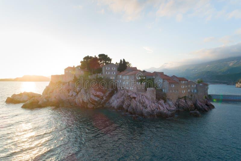 Vogelperspektive von Insel Sveti Stefan in Budva stockfotografie