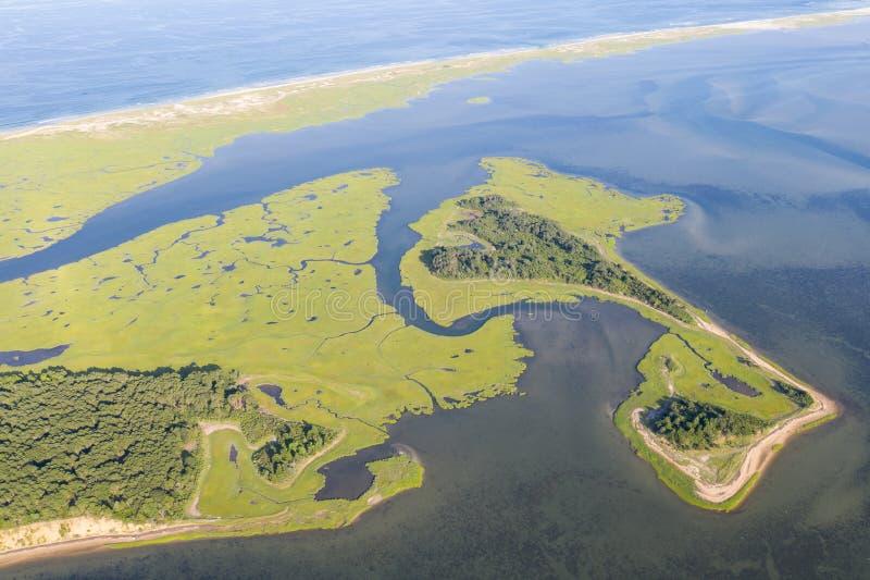 Vogelperspektive von Inseln und von Salz-Sumpf in Cape Cod, MA stockfoto