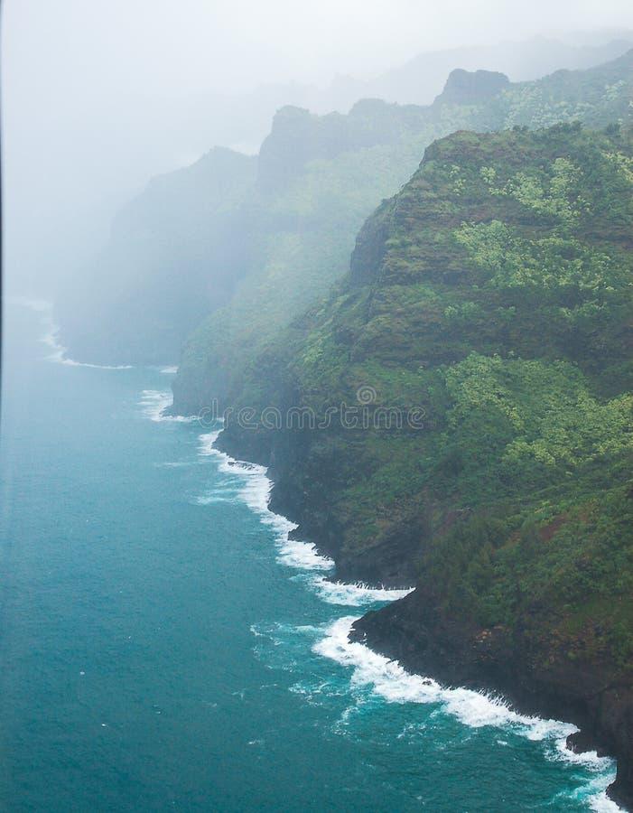 Vogelperspektive von Küste Na Pali mit Nebel, Kauai Hawaii stockbild