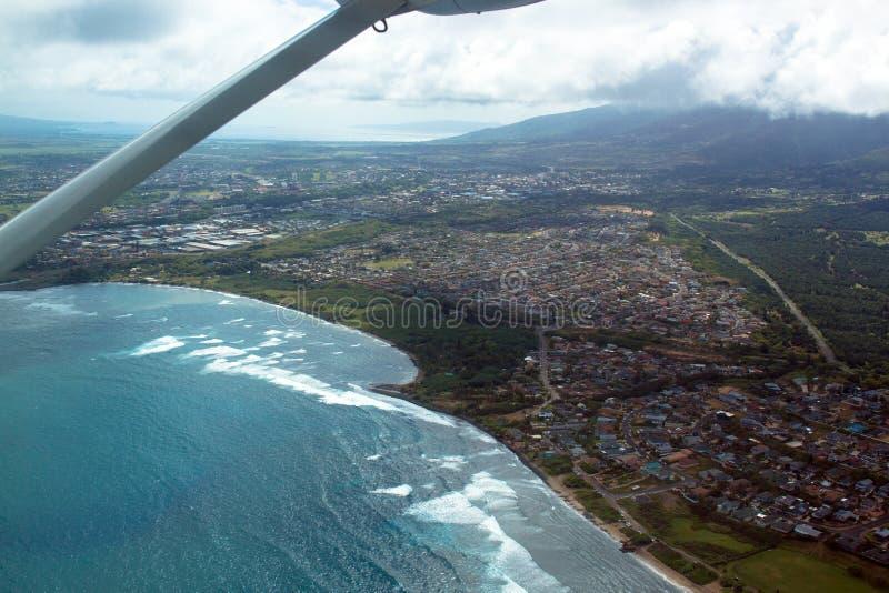 Vogelperspektive von Kahului-Bucht und von Stadt von Kahului in Maui, Hawaii, mit dem Flügel eines kleinen Flugzeuges lizenzfreie stockfotografie