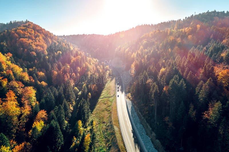 Vogelperspektive von Karaula-Überführung in Bosnien Tunnel und Straße stockbilder