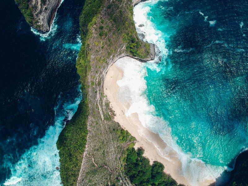 Vogelperspektive von Kelingking-Strand auf der Insel Nusa Penida in Bali lizenzfreies stockfoto