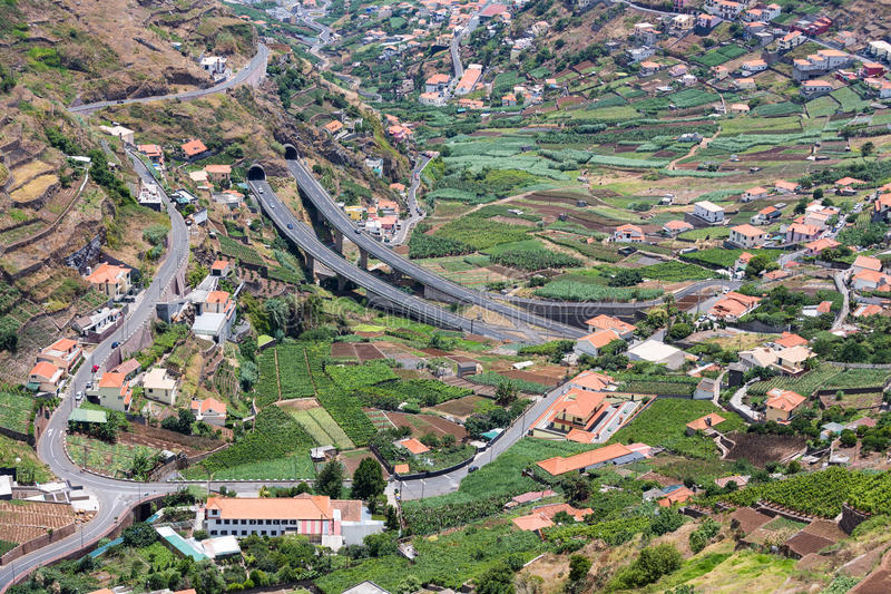 Vogelperspektive von kleinen Dörfern und von Landstraße in den Bergen von Madeira-Insel lizenzfreies stockbild