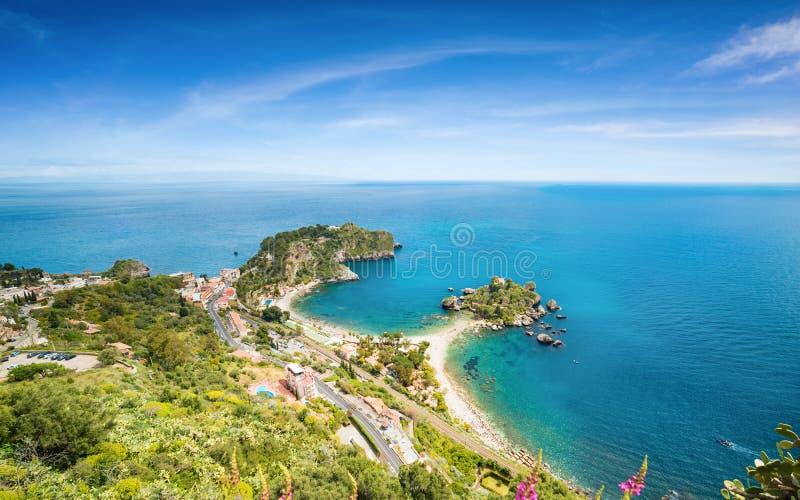 Vogelperspektive von kleiner Insel Isola Bella nahe Taormina, Sizilien, Süd-Italien lizenzfreies stockbild