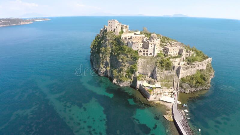 Vogelperspektive von kleiner Insel mit altem Aragonese-Schloss in den Ischia, Tourismus stockbilder