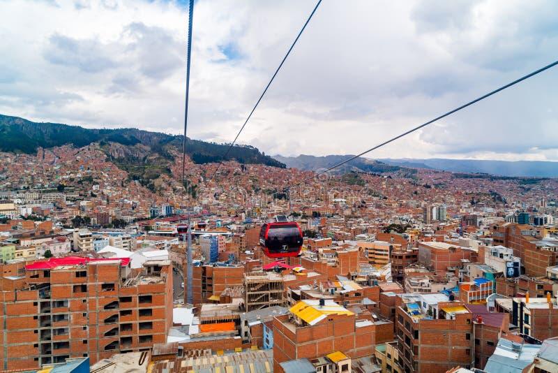 Vogelperspektive von La- Paz und MI-Teleferico Drahtseilbahnen befördern Passagiere zwischen der Stadt von El Alto und La Paz in  stockbilder