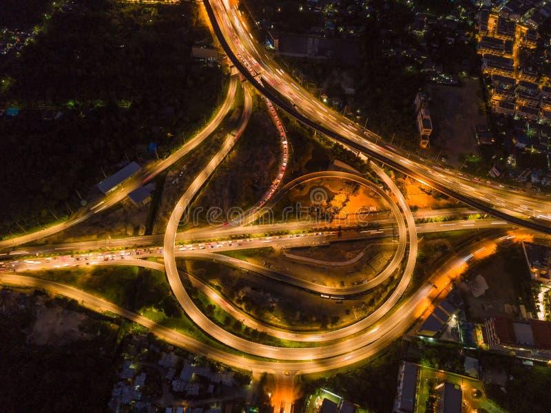 Vogelperspektive von Landstraßenkreuzungen Brückenstraßen formen Kreis in s stockbilder