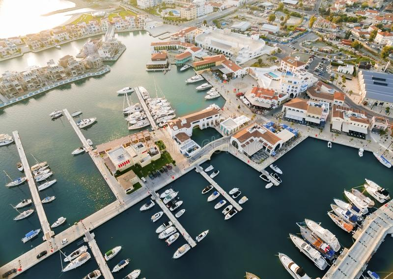 Vogelperspektive von Limassol-Jachthafen, Zypern lizenzfreie stockfotografie