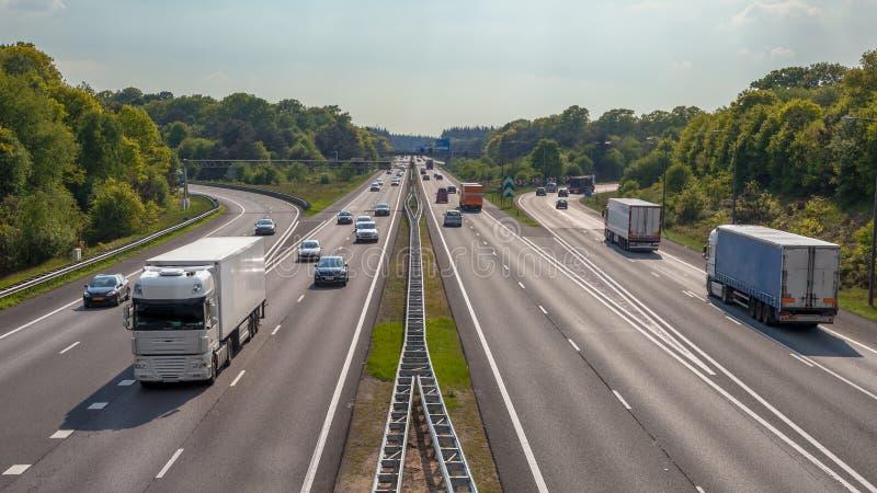 Vogelperspektive von LKWs und von Autos auf der Autobahn A12 lizenzfreie stockfotos