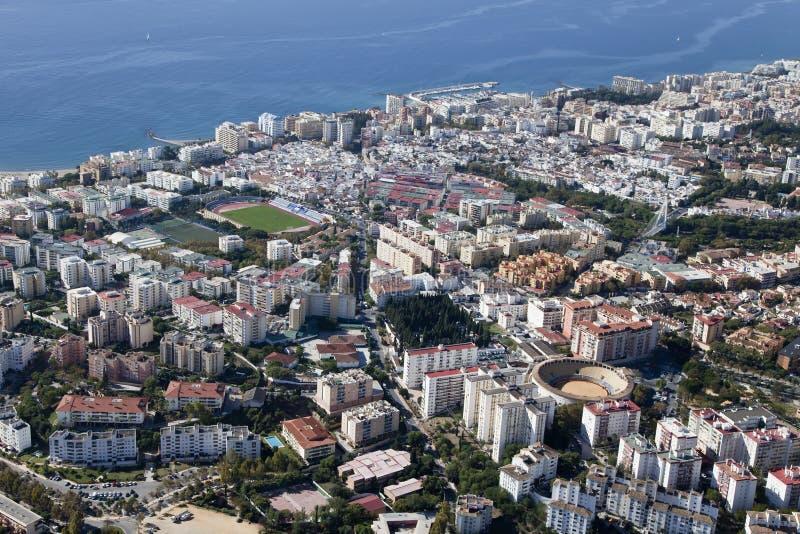 Vogelperspektive von Marbella mit seinem Fußballplatz und Stierkampfarena. lizenzfreie stockfotos