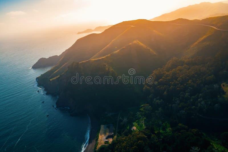 Vogelperspektive von Marin Headlands bei Sonnenuntergang lizenzfreie stockfotos