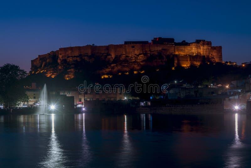 Vogelperspektive von Mehrangarh-Fort in der blauen Stunde, Jodhpur, Rajasthan, Indien lizenzfreie stockbilder