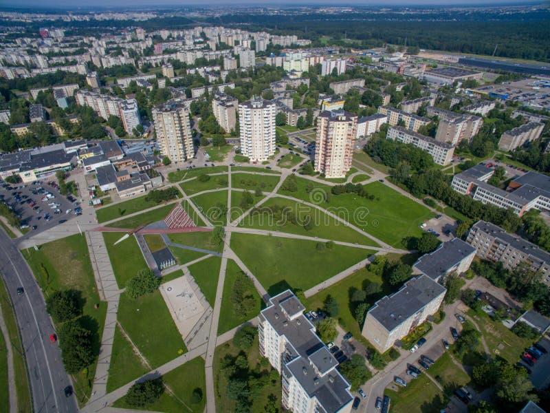 Vogelperspektive von mehrstöckigen Wohnungen nah an cecenija Quadrat in Kaunas lizenzfreies stockfoto