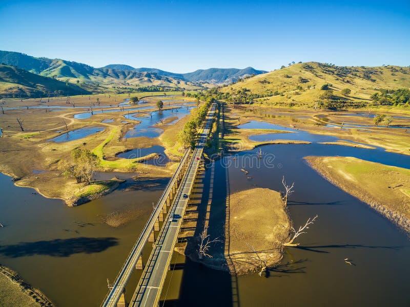 Vogelperspektive von Murray Valley Highway und von Brücke über See Hume, stockbild