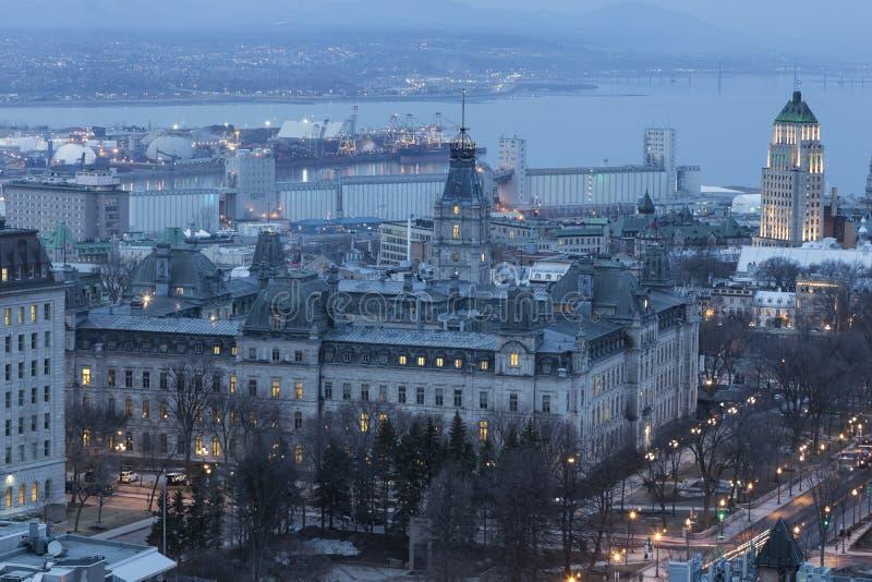 Vogelperspektive von Nationalversammlung Quebec's und von anderen Gebäuden an der Dämmerung lizenzfreie stockfotos