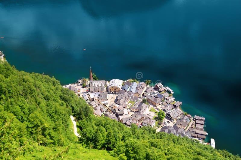 Vogelperspektive von oben an ber?hmter historischer Hallstatt-Stadt auf Hallstatter See in den ?sterreichischen Alpen Szenische R stockbild