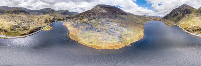 Vogelperspektive von Ogwen-Tal mit Llyn Ogwen in Snowdonia, Gwynedd, Nord-Wales, Großbritannien - Großbritannien, Europa stockfotos