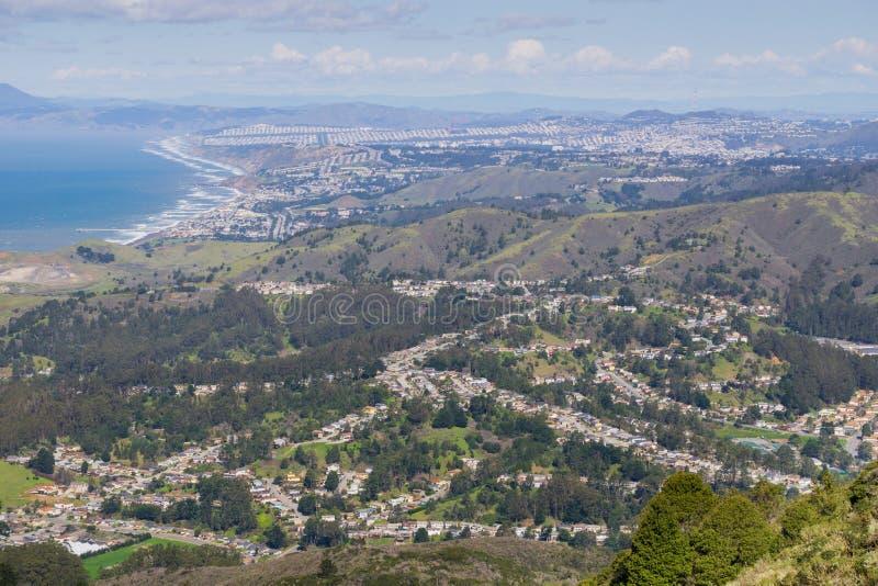 Vogelperspektive von Pacifica und von San Pedro Valley, wie von Montara-Berg gesehen, San Francisco und Marin County im Hintergru stockbild