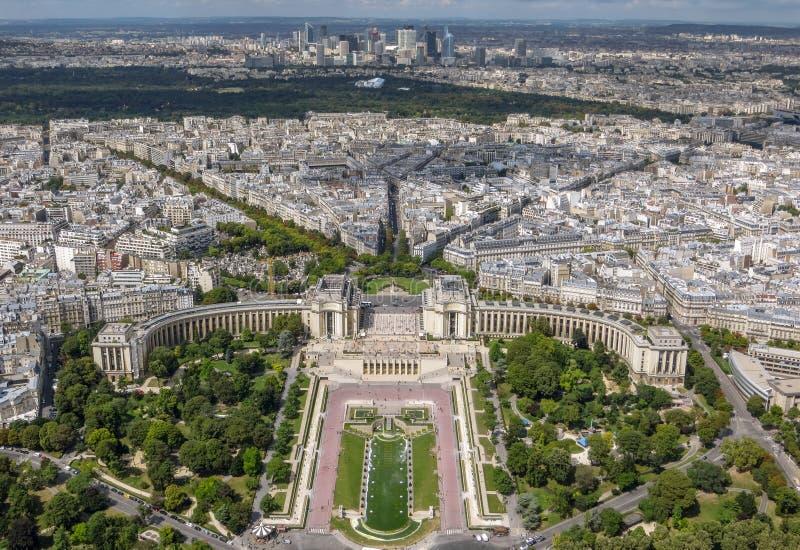 Vogelperspektive von Paris-Stadtbild die Trocadero-Gärten im Vordergrund kennzeichnend stockfotos