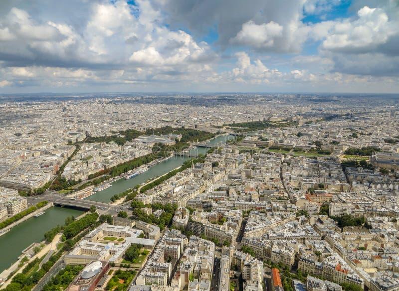 Vogelperspektive von Paris-Stadtbild einschließlich den Fluss die Seine unter einem bewölkten blauen Himmel stockfotografie