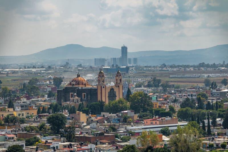 Vogelperspektive von Parroquia de San Andres Apostol Saint Andrew die Apostel-Kirche - Cholula, Puebla, Mexiko lizenzfreie stockfotografie
