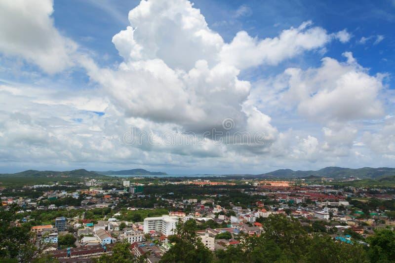 Vogelperspektive von Phuket-Stadtbild mit Hintergrund des blauen Himmels lizenzfreie stockfotos