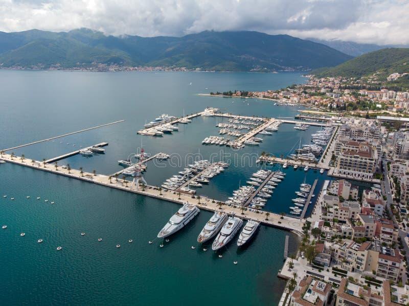 Vogelperspektive von Porto Montenegro Yachten im Seehafen von Tivat-Stadt Kotor-Bucht, adriatisches Meer Ber?hmte Reisen-Zieleinh lizenzfreie stockfotos