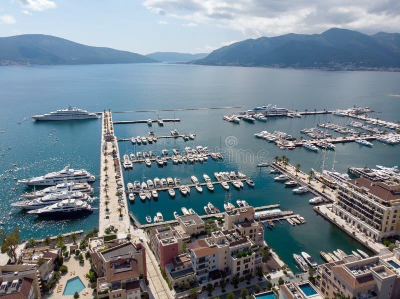 Vogelperspektive von Porto Montenegro Yachten im Seehafen von Tivat-Stadt Kotor-Bucht, adriatisches Meer Ber?hmte Reisen-Zieleinh stockbilder
