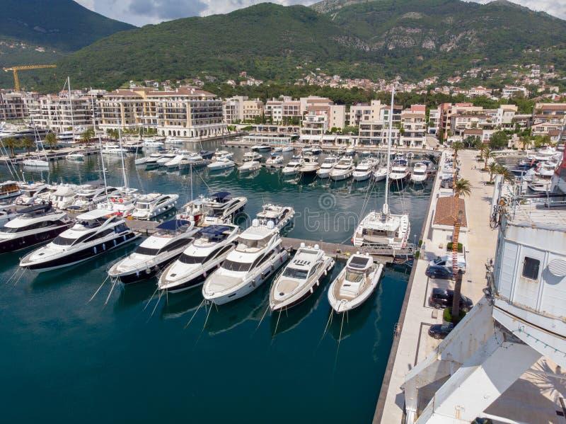 Vogelperspektive von Porto Montenegro Yachten im Seehafen von Tivat-Stadt Kotor-Bucht, adriatisches Meer Ber?hmte Reisen-Zieleinh stockfoto