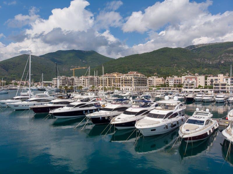 Vogelperspektive von Porto Montenegro Yachten im Seehafen von Tivat-Stadt Kotor-Bucht, adriatisches Meer Ber?hmte Reisen-Zieleinh lizenzfreie stockbilder