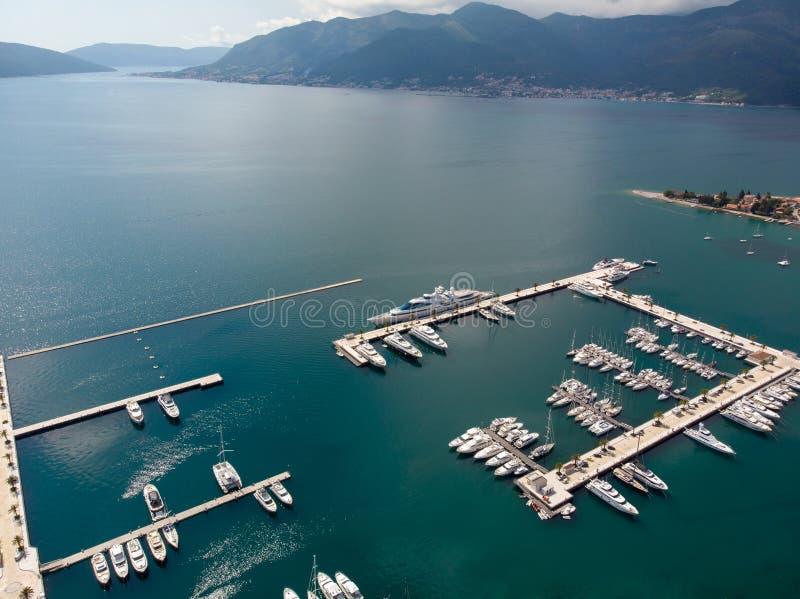 Vogelperspektive von Porto Montenegro Yachten im Seehafen von Tivat-Stadt Kotor-Bucht, adriatisches Meer Ber?hmte Reisen-Zieleinh lizenzfreie stockfotografie